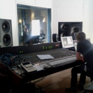 Magic Moment: Douglas Dares Stimme und Klavierspiel durch Studiolautsprecher hören. Da kann man auch mal 45°C und Menschenstapel aushalten.