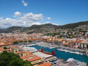 Blick vom Parc de la Colline du Château auf den Hafen von Nizza